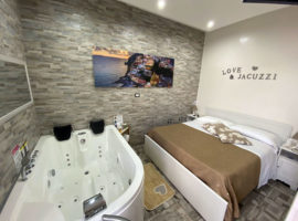 Pompeii whirlpool tub suite