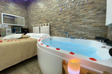 Double room with whirlpool tub